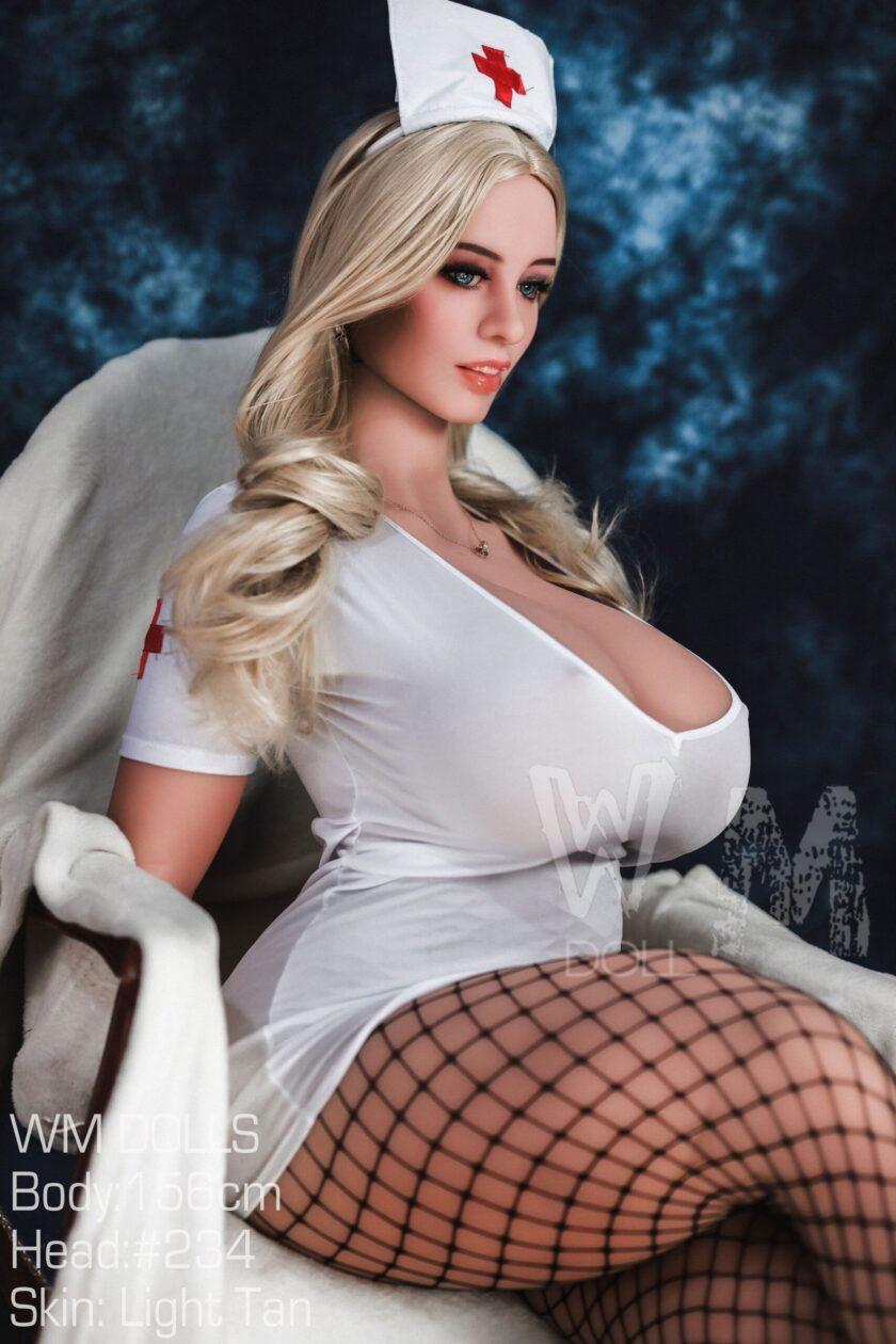 секс-кукла с пышными формами