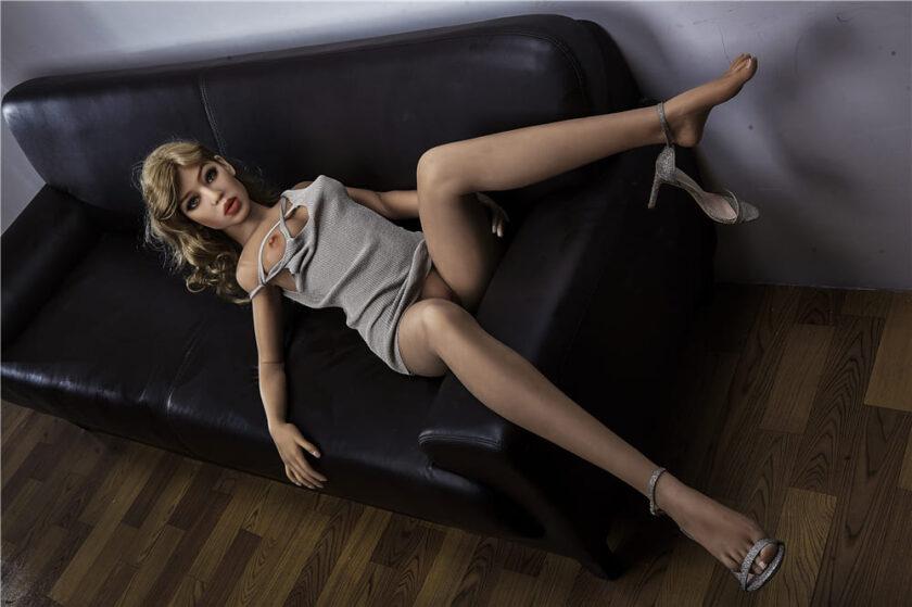 секс кукла лежит на диване