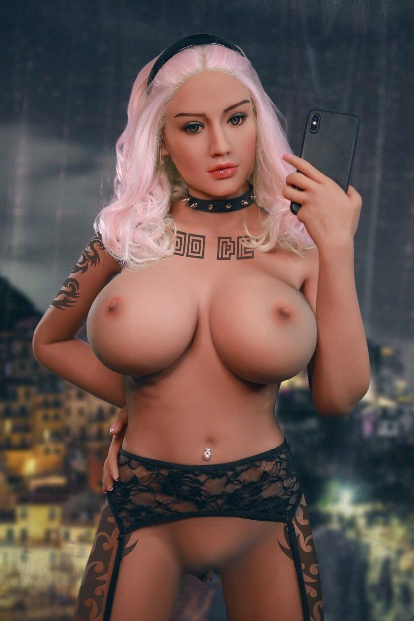 секс кукла с яркими белыми волосами