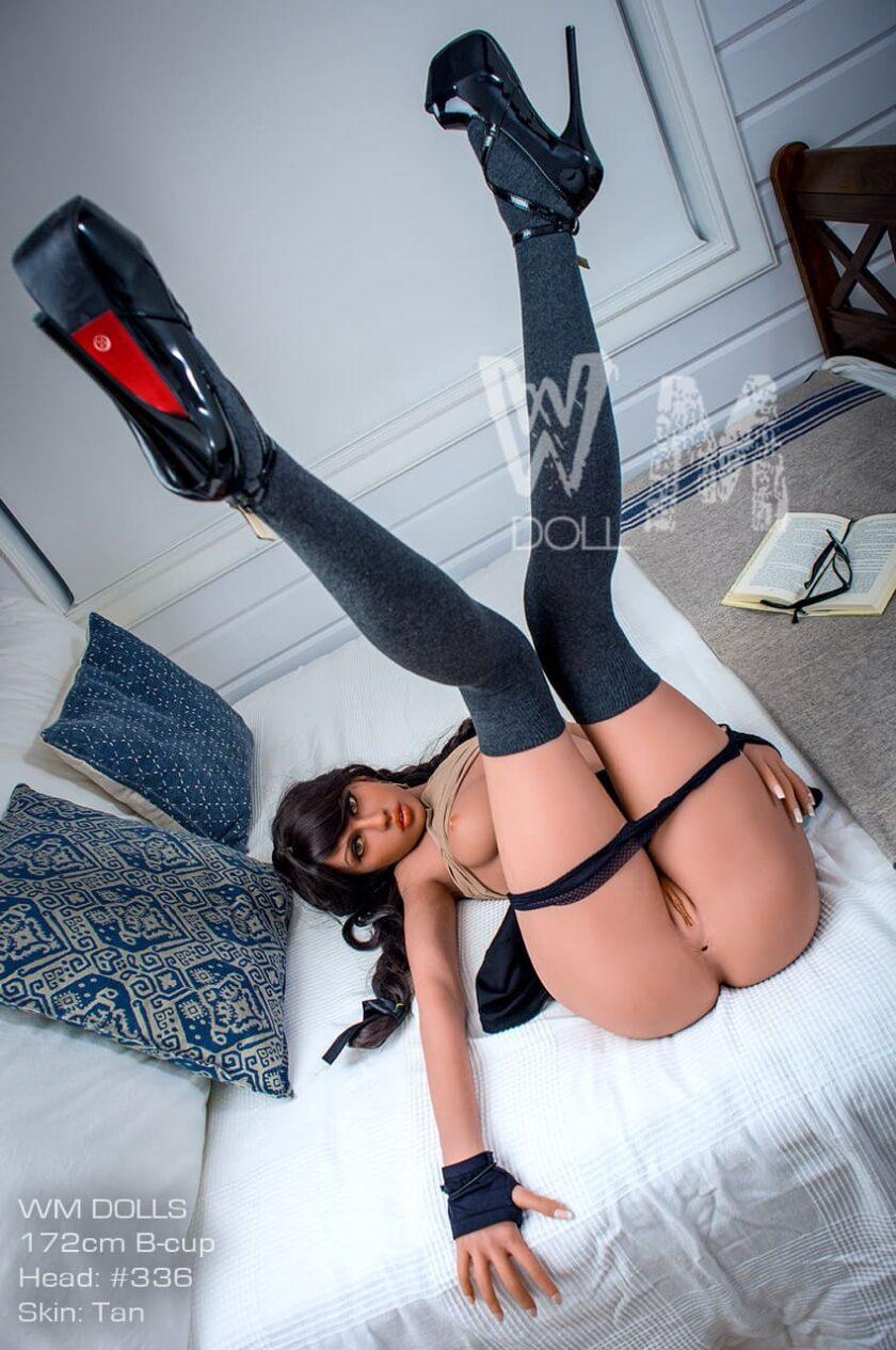 Высока секс-кукла с длинными ногами